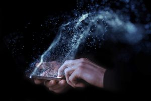 Mano con smartphone e polvere di stelle che fuoriesce dal telefono in maniera interattiva - Interaction Design