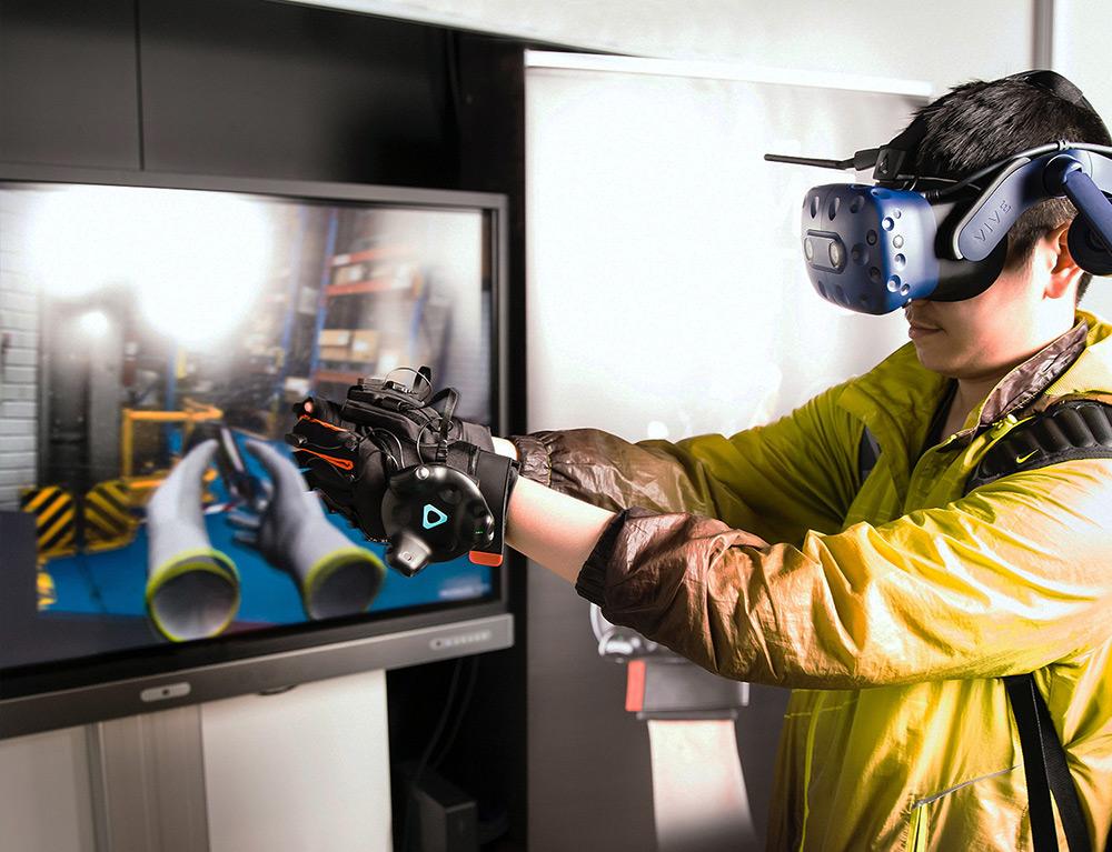 Interaction Design - guanti e visore di realtà virtuale
