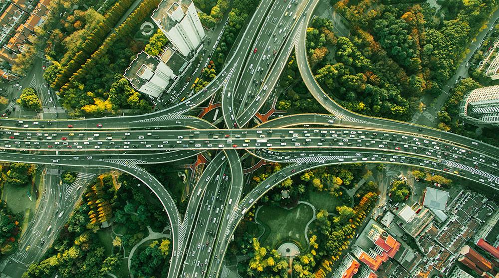 Fotografia di strada trafficata scattata da drone